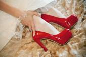 Wedding details - red brides shoes — Stockfoto