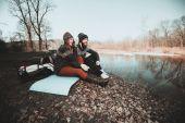 Mutlu çift göl kıyısında oturan — Stok fotoğraf