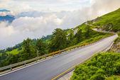Berg på den vackra himlen och natur — Stockfoto