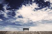 Niebo i krzesła — Zdjęcie stockowe