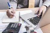 бизнесмен, анализа графиков инвестиций — Стоковое фото