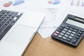 ビジネスマンのラップトップと投資のグラフを分析します。会計 — ストック写真