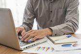 Empresario analizar gráficos de inversión con el ordenador portátil. contabilidad — Foto de Stock