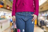 Excitante jovem compras mulher segura sacos, closeup retrato com copyspace. — Fotografia Stock