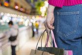 Eccitante giovane shopping donna tengono borse, closeup ritratto con copyspace. — Foto Stock