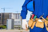 Byggnadsarbetare kontroll plats webbplats med kran i bakgrunden — Stockfoto