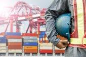 Haven dok werknemer praten op radio met schip achtergrond — Stockfoto