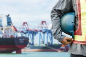 Harbor dock arbetstagaren prata radio med fartyget bakgrund — Stockfoto
