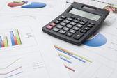 Dijital tablet finansal verilerin analizi ve Hesap makinesinde sayma — Stok fotoğraf