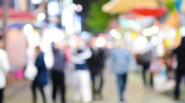 Люди, идущие в фоне города — Стоковое видео