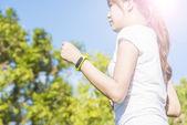 健康スポーツ実行の若い女性と見て着用のタッチ スクリーンのスマートな腕時計デバイス — ストック写真