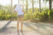 Donna fare stretching esercizio presso arena di sport — Foto Stock