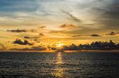Långsam hastighet slutaren på blå hav och himmel — Stockfoto