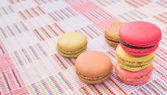 Sweet and colourful french macaroons on cotton cloth background. — Stockfoto
