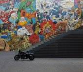 The black motorcycle standing at a ladder and a wall with graffiti in Lisbon, Portugal — Stockfoto