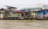 Dwellings of poor people on the embankment to Bangkok, Thailand — Stock Photo