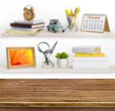 Holztisch auf Hintergrund der Regale mit Heimat verbundener Objekte — Stockfoto