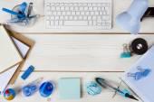 Papper, pappersvaror och tangentbord på träplankor bakgrund — Stockfoto