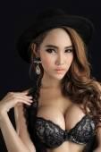 エレガントなランジェリーを身に着けている若い美しいセクシーなアジア女性 — ストック写真
