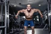 ジムでエクササイズ トレーニングを行って筋肉ボディービルダー男 — ストック写真