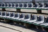 Rzędu siedzeń czarnej na tribune — Zdjęcie stockowe
