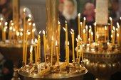 Fogo queima velas na igreja, sagrada — Fotografia Stock