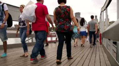 Crowd Crossing Maremagnum Bridge Time Lapse — Stock Video