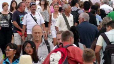Crowd Crossing Maremagnum Bridge in Barcelona — Stock Video