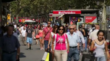 Crowds Shopping in Barcelona. — Stock Video