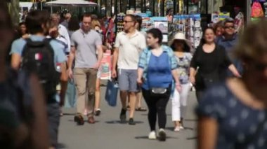 Crowds of Tourists in Barcelona. — Stock Video