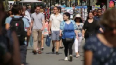 Crowds of Tourists in Barcelona Blurred. — Stock Video