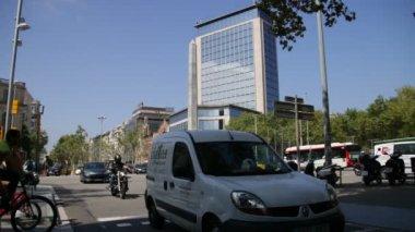 Barcelona Urban Scene Vehicles and Pedestrians. — Stock Video