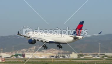 Delta Airlines passenger jet — Stock Video