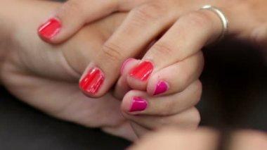 Compõem a fazer unhas vermelhas brilhante — Vídeo Stock