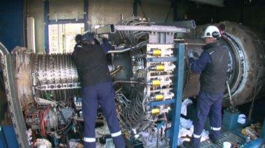 Engineers Repairing a Gas Turbine — Stockvideo
