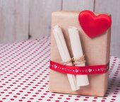 Gift with red heart and notes on a background of polka dots.Valentine's day. — Stock Photo