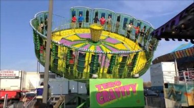 Carnival spinning thrill ride — Stock Video