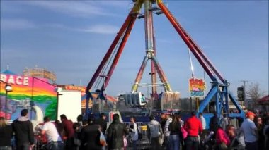 Thrill seeking carnival ride — Stock Video