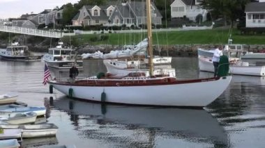 Sailboat returns to boat cove. — Stock Video