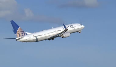 United Airlines Boeing 737 takes off — Stock Video