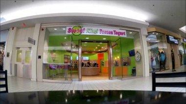 Frozen Yogurt Storefront — Stock Video
