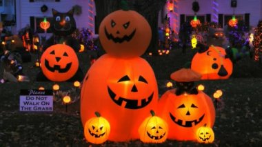 Halloween pumpkin and skeleton decorations — Stock Video