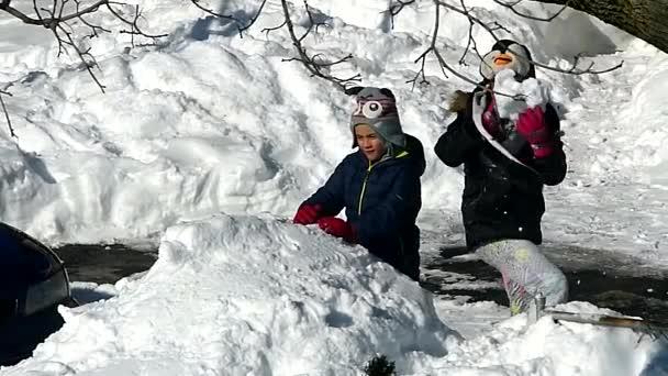 Kids Throw Snowballs — Vídeo de stock