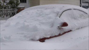 Snowstorm drifts car — Stock Video