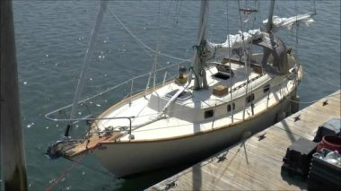 Sailboat moored at the pier — Stock Video