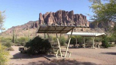 Lost Dutchman State Park, Arizona picnic tables — Stock Video