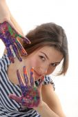 Girl looks out of her hands in the paint  — Stock Photo