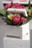 Caixa branca com flores decorativas — Fotografia Stock