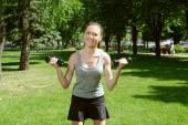 Sportovní holka dělat cvičení s lehké činky — Stock fotografie