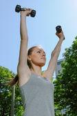 Sport kvinna gör övningar med lätta hantlar — Stockfoto
